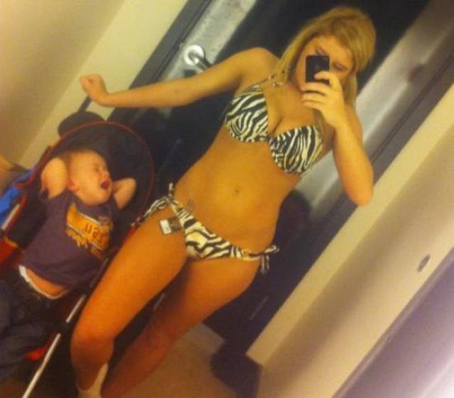 Moeder maakt selfie terwijl kind bij is