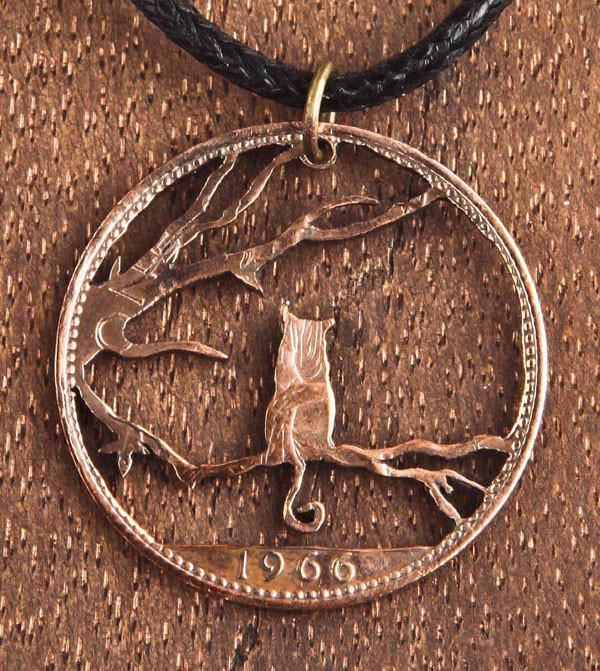 Kat op tak hanger gemaakt uit munten