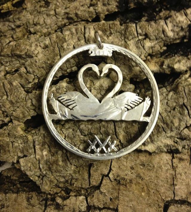 Zwanen vormen hart in hanger gemaakt van munteb