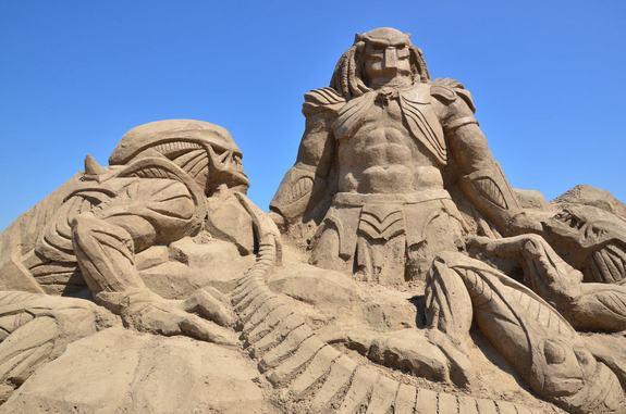 Alien vs Predator beeldhouwwerk gemaakt van zand