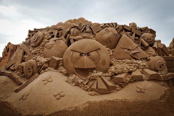 Zand beeldhouwwerk van Angry Birds
