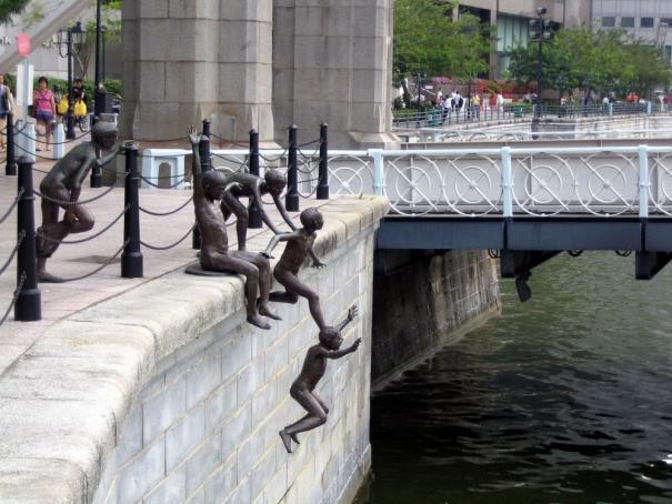 standbeeld springende mensen in rivier